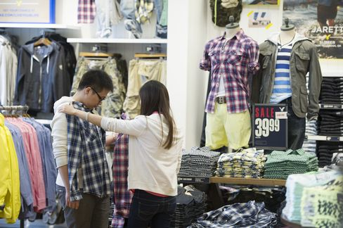 Consumer Comfort in U.S. Improves to Highest Level This Year