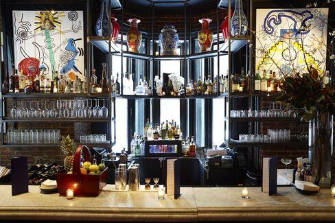 The bar area as you walk into Jue Lan Club.