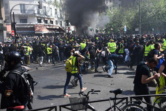 Paris Police Fire Tear Gas, Arrest Scores at Yellow Vest Protest