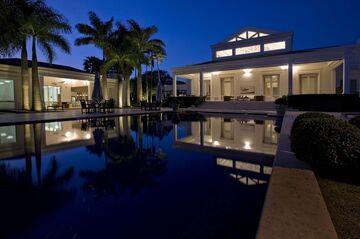 La casa por la noche.