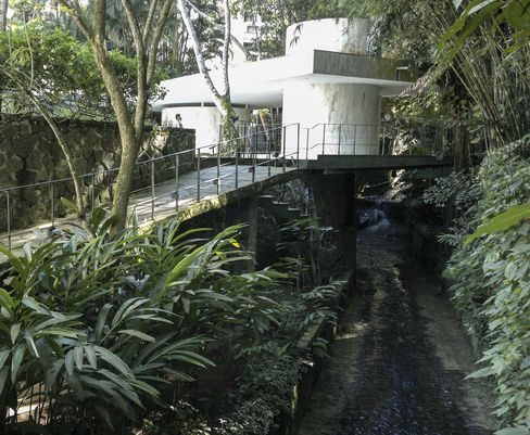 The rear garden at the Instituto Moreira Salles, with a view of the pool house.