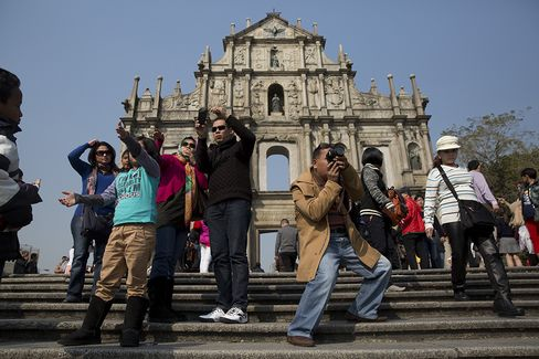 Macau Cuts Chinese Visitor Transit Stays in Visa-Abuse Crackdown