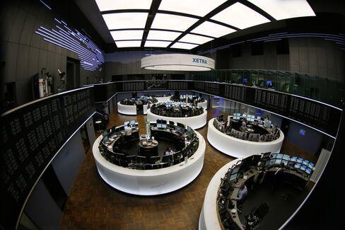 European Stocks Gain as Finance Ministers Agree on Greek Aid