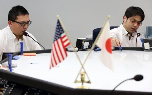 Yen Near 100 Per Dollar Before Kuroda, Set for Weekly Declines