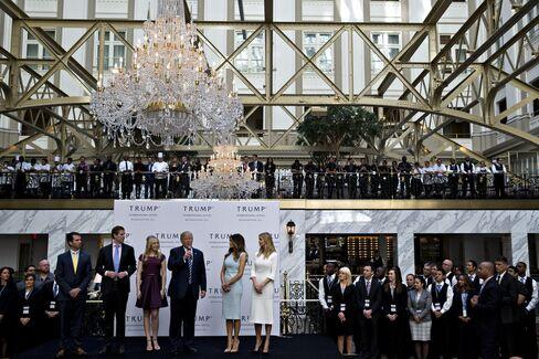 所有ホテルのオープニング式典に出席するトランプ氏(16年10月、ワシントン)
