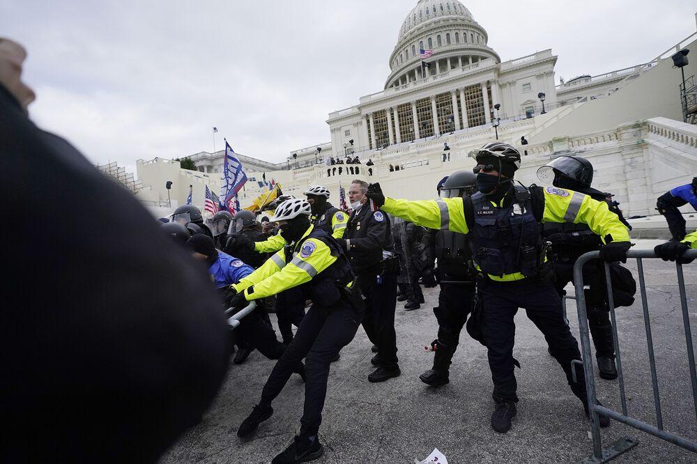 Οι υποστηρικτές του Τραμπ προσπαθούν να διαπεράσουν ένα αστυνομικό φράγμα, την Τετάρτη 6 Ιανουαρίου 2021, στο Καπιτώλιο της Ουάσιγκτον.