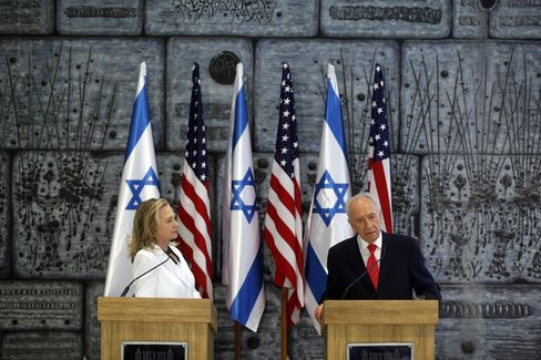 Clinton Arrives in Israel to Discuss Iran, Egypt Transition