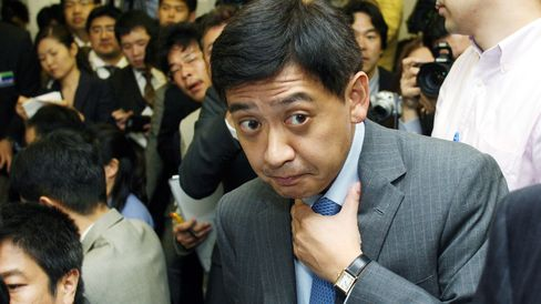 Fund manager Yoshiaki Murakami arrives at a news conference in Tokyo in this June 5, 2006 file photo.