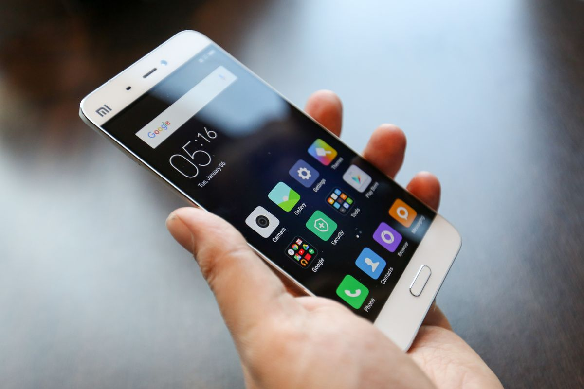 China's Top Phone Makers Poised to Challenge Apple on Home Turf