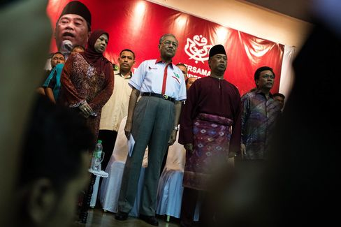 Malaysia's former prime minister Mahathir Mohammad stands next to former deputy prime minister of Malaysia Muhyiddin Yassin.