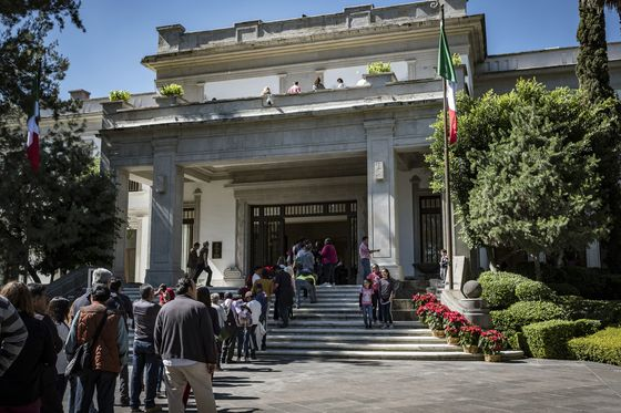 AMLO's First Week Widens Divide Between Markets and Fans at Home
