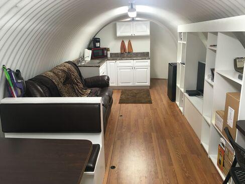 アトラスの地下シェルターには談話室やキッチンがある