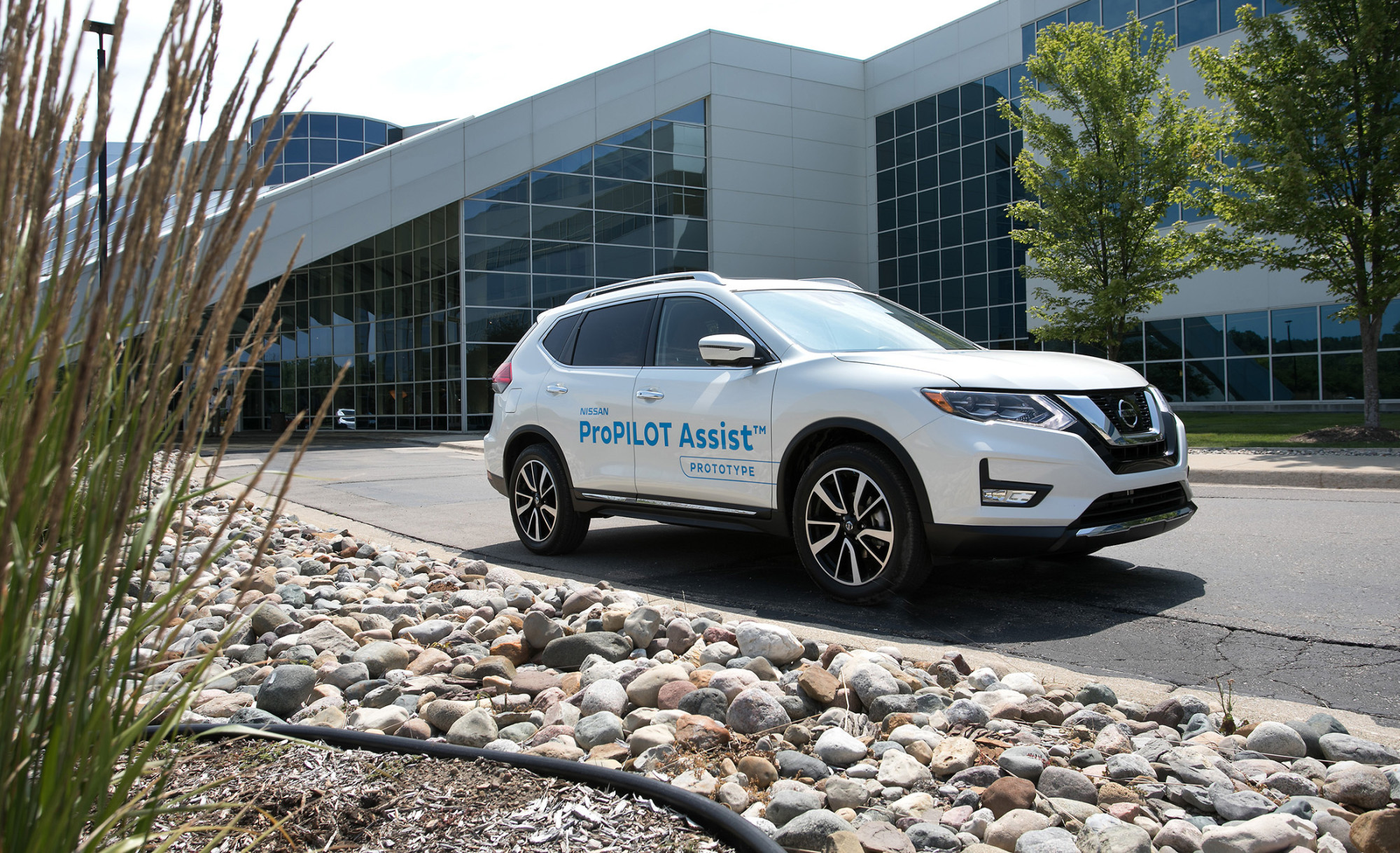 Nissan Brings a Tiny Bit of Self-Driving to the Masses - Bloomberg