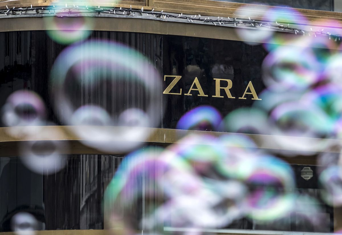 zara the technology giant of the Zara: report company overview zara is the flagship brand of the spanish fashion giant inditex (industrias de diseño textil sa) and as its pioneer founded in 1975 (kumar and linguri 2006) the company is engaged in textile design, manufacturing and distribution.