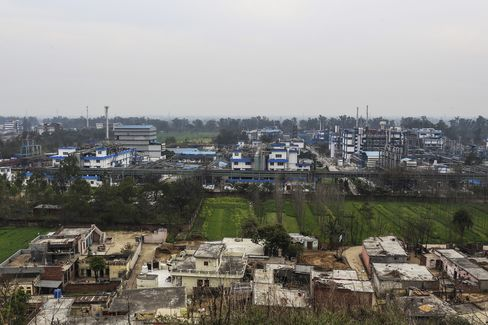 Village housing stands beside Ranbaxy Laboratories Ltd. pharmaceutical plant in Toansa, on the outskirts of Chandigarh, Punjab, India. Photographer: Dhiraj Singh/Bloomberg