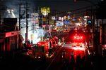 東電の送電施設火災の消火に当たる消防士ら(埼玉県新座市、12日)