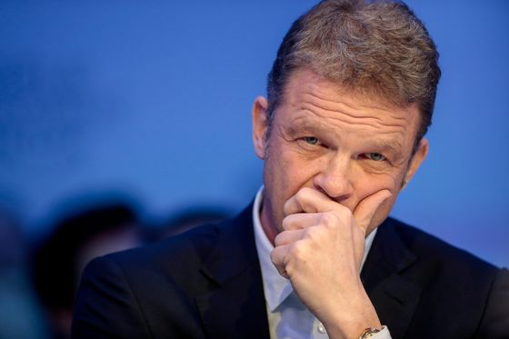 Deutsche Bank Warns of Loan Defaults After Surprise Profit