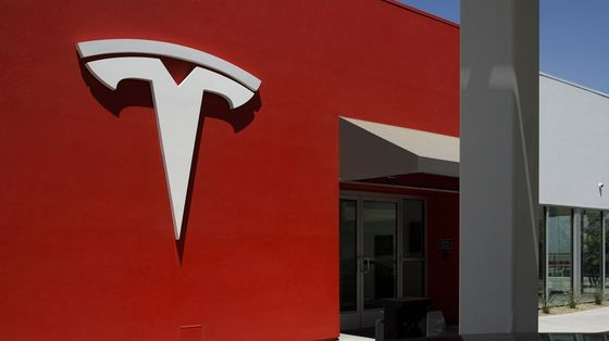 Tesla Rallies as Investors Welcome All-at-Once S&P 500 Debut