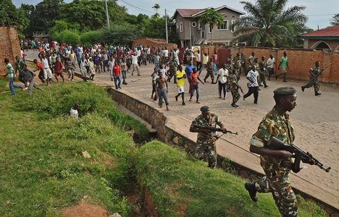 Soldiers Try To Control Protestors In Bujumbura