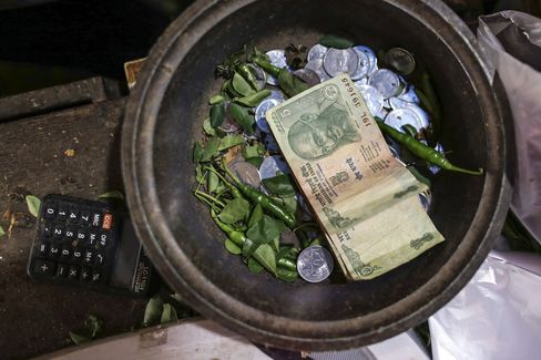 Slowest India Growth Since 2009 Pressures Singh to Support Rupee