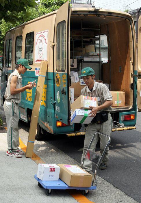 荷物を運ぶヤマトの従業員