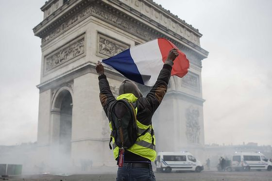 Yellow Vest Fears Steer Macron Against No-Deal Brexit