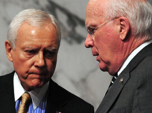 US Sen. Patrick Leahy (R), D-VT, confers