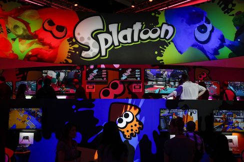 Attendees play Nintendo Co.'s Splatoon game during the E3 Electronic Entertainment Expo in Los Angeles.