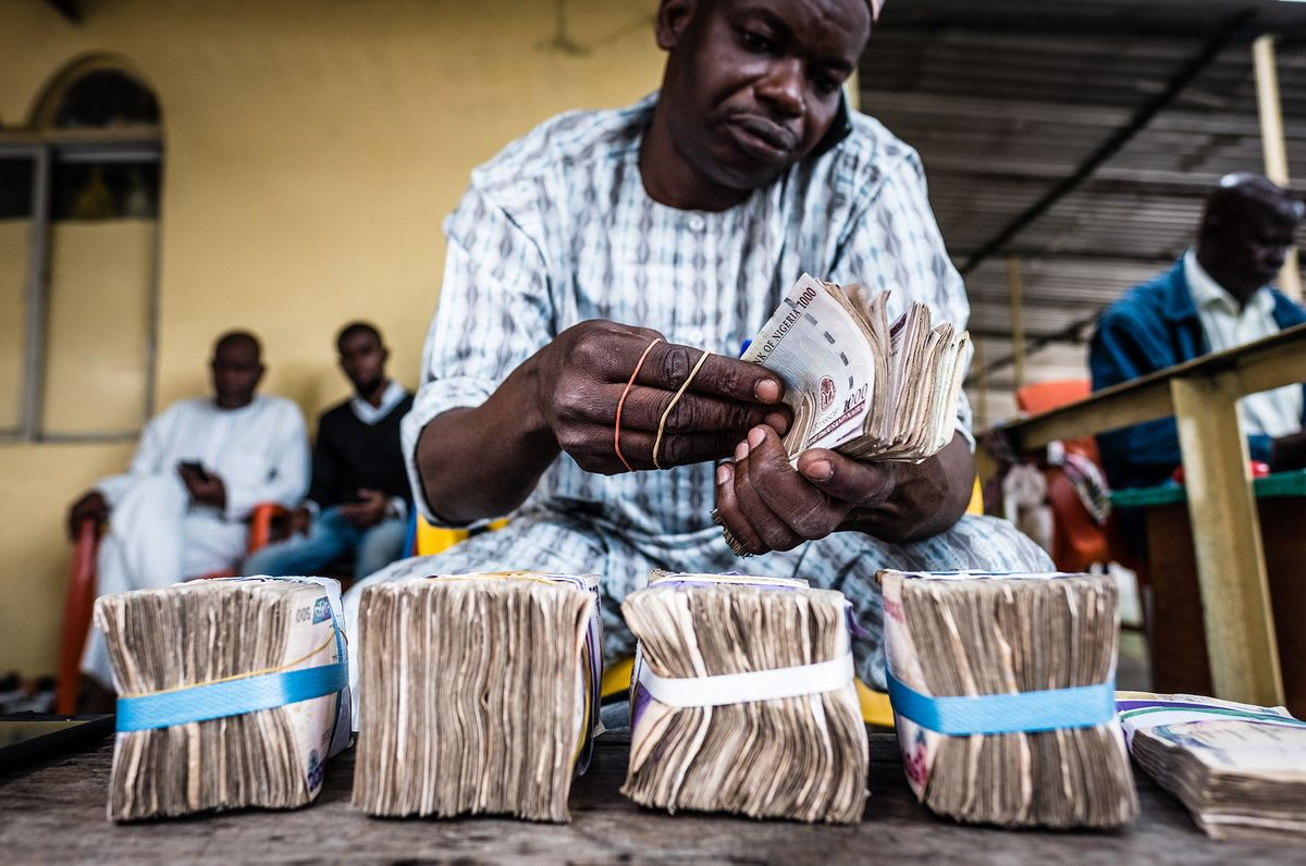 Nigeria Seen Devaluing Naira by as Much as 10% in 2021, Survey Shows