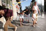 バルセロナのテロで逃げる人々