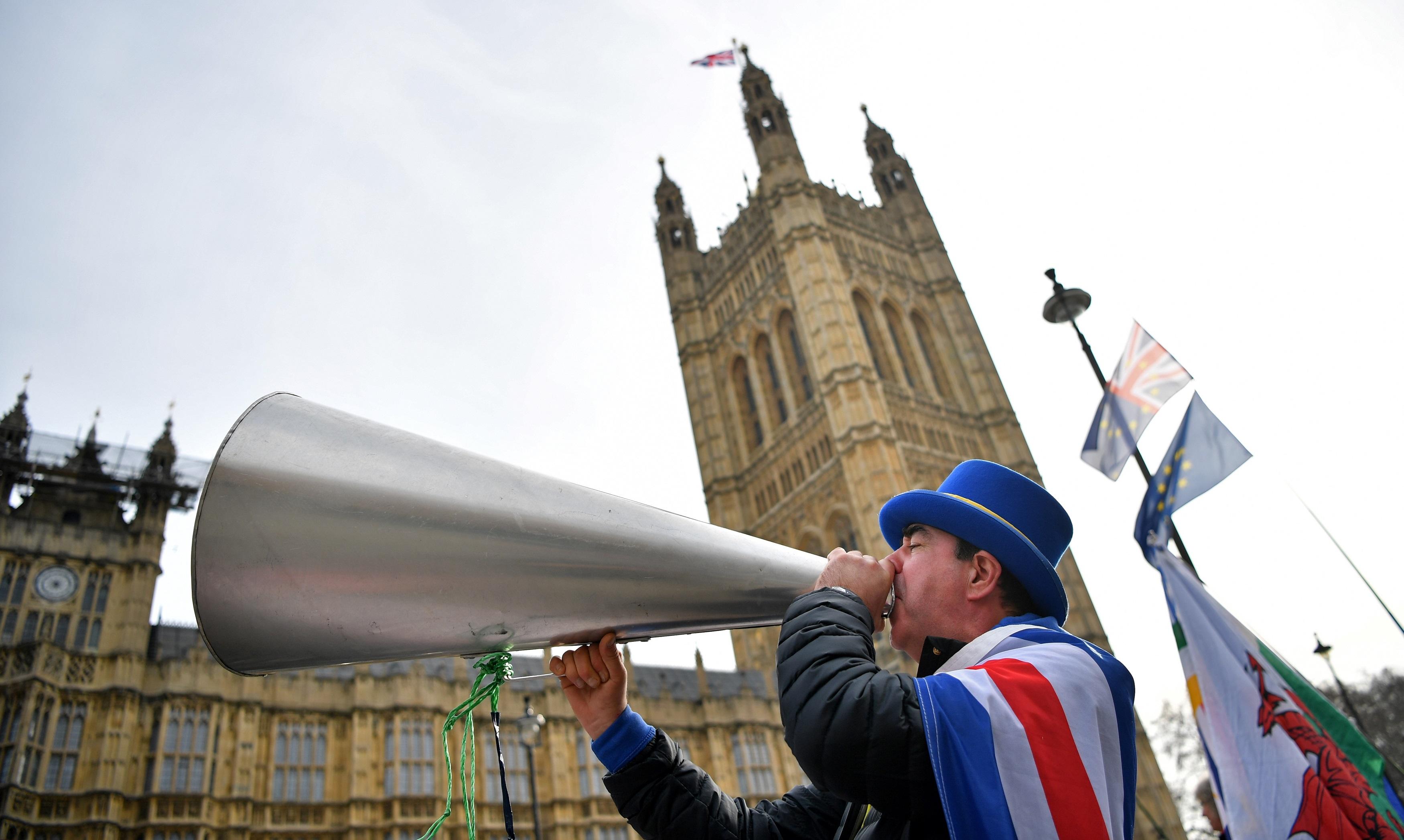 Aktywista anty-Brexit Steve Bray demonstruje poza Domami Parlamentu w Londynie 13 lutego 2019 roku.