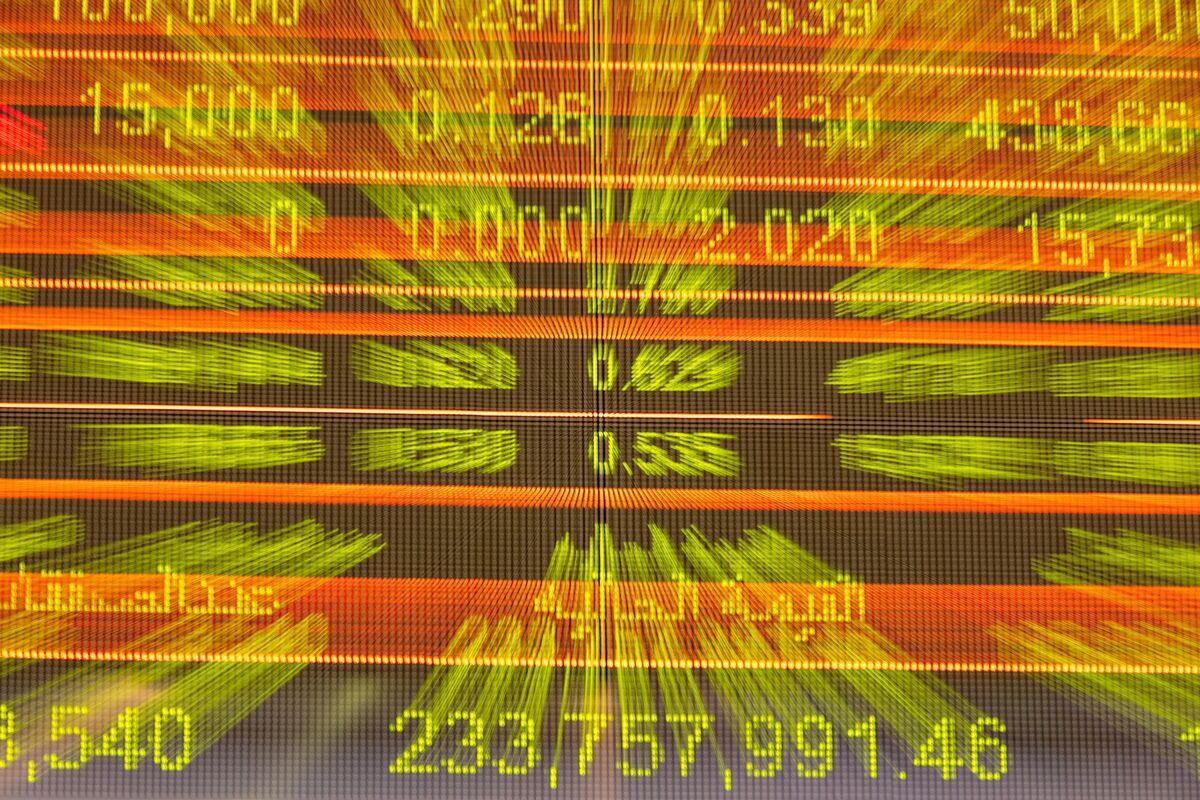 Dubai Stocks Lead Mideast Selloff Amid Travel Curbs: Inside EM