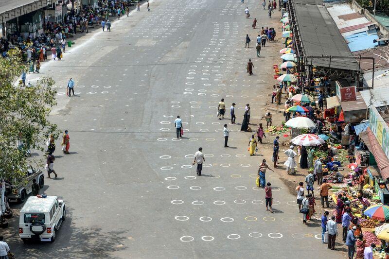 Đánh dấu trên vỉa hè để giãn cách xã hội tại một khu chợ tạm ở Chennai vào ngày 7/4. Photo: Arun Sankar / AFP qua Getty Images