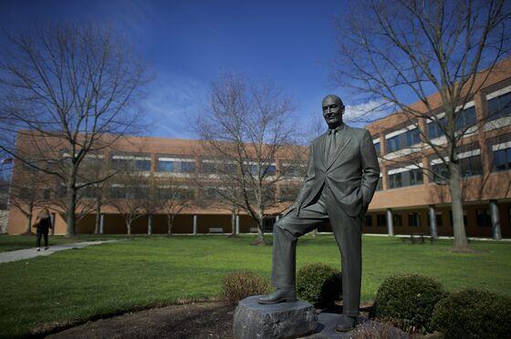 John Bogle, Vanguard Founder Who Urged Low Fees, Dies at 89