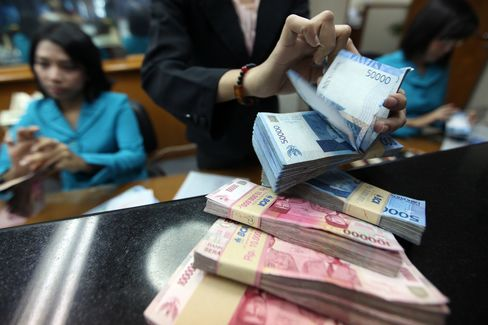 Rupiah Drops for Record 11th Day as Central Bank Manages Decline