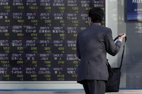 株価ボード前のイメージ画像