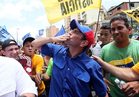 Chavez Trails Rival for First Time in Consultores 21 Poll