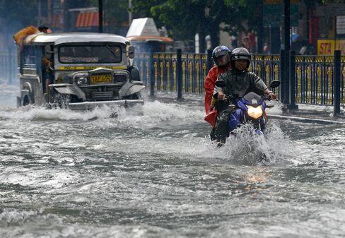 Philippines Says 1 Dead, Markets Shut as Rains Flood Capital