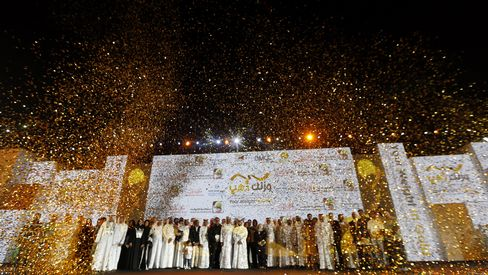 """Lose Your Weight in Gold"" Participants Stand on Stage in Dubai"