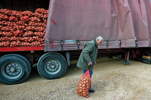 To Cut Costs, Greeks Line Up for Potatoes