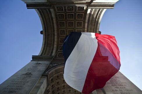 France Sells EU7.431 Billion in Bonds as Borrowing Costs Fall