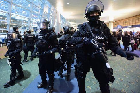 ポートランド空港を警備する警官