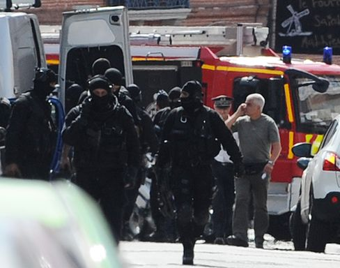 louse Gunman Who Took Hostages at Bank Placed Under Arrest